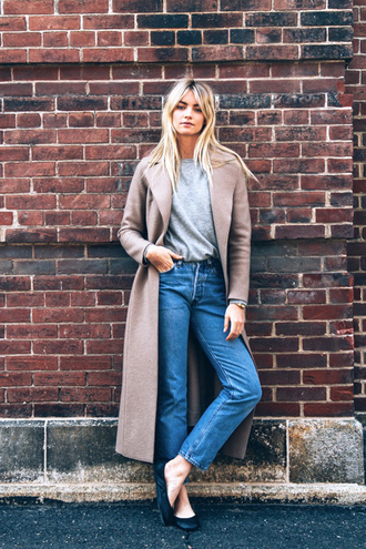le fashion blogger coat t-shirt jeans nude coat mom jeans grey top grey t-shirt black flats