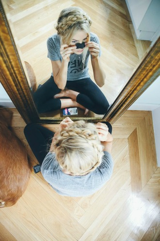 barefoot blonde blogger grey t-shirt black pants