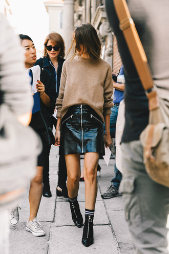sweater tumblr nude sweater black leather skirt leather skirt mini skirt black skirt boots black boots high heels boots vinyl skirt skirt zipped skirt beige sweater zip ankle boots socks