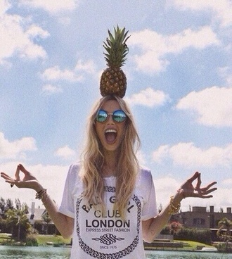 t-shirt sunglasses london black and white round sunglasses pineapple print retro summer outfits shirt white cute want love cute color love culture pink belt baby pink americanapparel jersey beige nude wanties helgonets tjejigt girl make-up br london white shirt