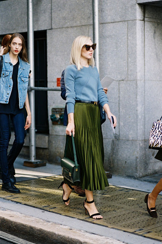 vanessa jackman blogger skirt pleated skirt fall outfits green skirt emerald green black sandals blue sweater cat eye metallic pleated skirt