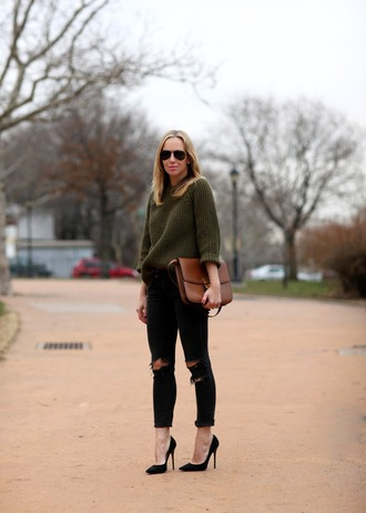 brooklyn blonde blogger sunglasses knitted sweater khaki ripped jeans satchel bag