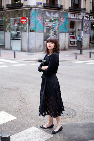 che cosa blogger midi skirt black skirt ballet flats all black everything