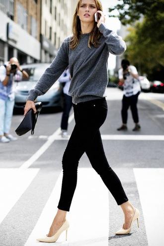le fashion blogger grey sweater black jeans pouch sweater bag jeans shoes black pouch
