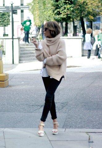 sweater beige oversized sweater black skinny jeans white strap heels blogger sunglasses