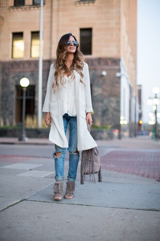 maria vizuete mia mia mine blogger white top white coat ripped jeans cropped jeans fringe shoes grey shoes grey bag fringed bag
