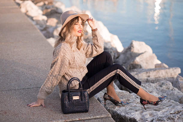 mi aventura con la moda blogger sweater pants hat shoes knitted sweater handbag pumps winter outfits