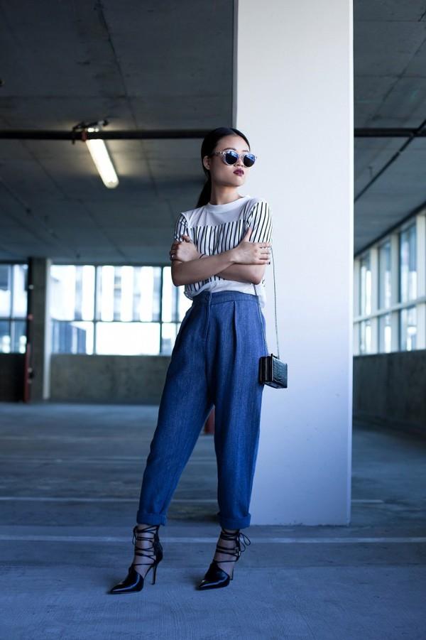 la vagabond dame blogger sunglasses aviator sunglasses clutch stripes white t-shirt
