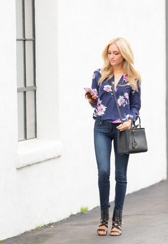 angel food blogger blonde hair black shoes floral skinny jeans top jeans shoes bag sunglasses