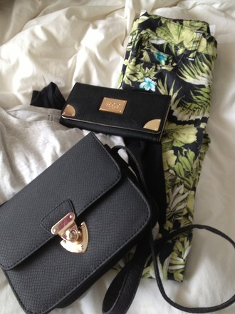 bag black bag pants tumblr handbag wallet gold accessories clothes clothingb summer indie boho jeans beautiful pants floral pants flowers flower pants beautiful print tropical black leaf/design print pants found on tumblr leaf green floral fashion plants