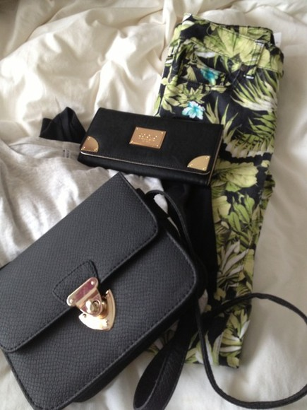 jeans leaf green, leaf, pants bag black bag pants tumblr fresh trousers handbag wallet gold accessories clothes clothingb summer indie boho beautiful pants floral pants flowers flower pants beautiful print tropical print black leaf/design print pants tumblr