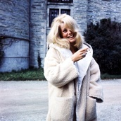 coat,fluffy,sheep,shearling,winter outfits,warm,jacket,cream,streetstyle,fur coat