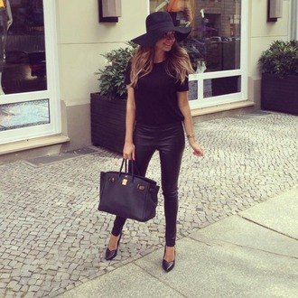 bag brand hot black gold tote bag girl black leather bag black bag details gold details which brand? jeans shirt hat chapeau de plage pantalon shoes bowler hat leather pants pants mandy capristo