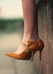 shoes,mustard,closed,heels,bow heels,yellow,pointy heels,vintage