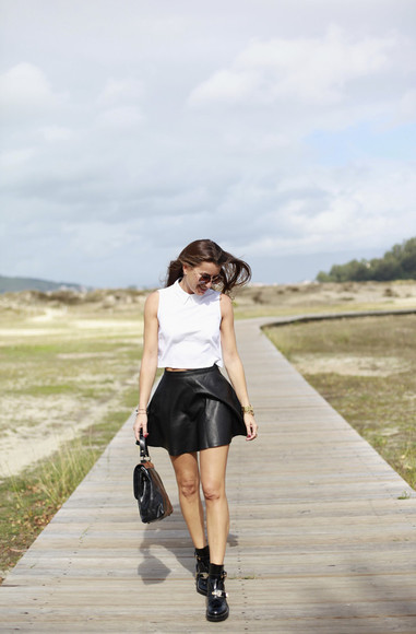 blogger jewels bag black boots top b a r t a b a c black and white