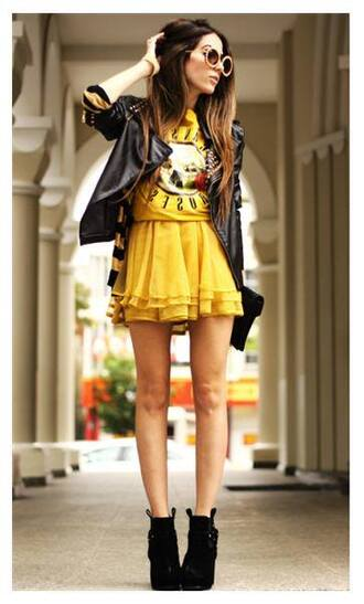 dress guns and roses rock yellow t-shirt yellow skirt mini skirt boots black boots sunglasses round sunglasses black leather jacket leather jacket black jacket clutch