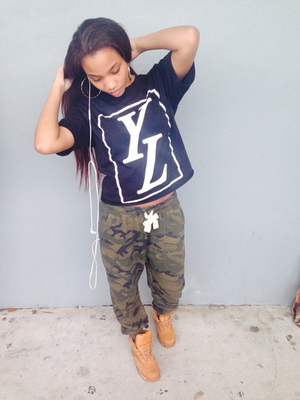 camouflage black camo pants jeans t-shirt shirt timberlands tumblr girl