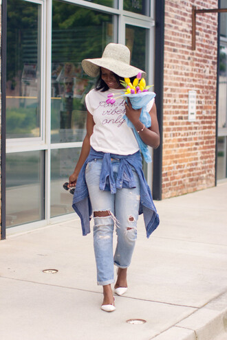 millennielle blogger jeans hat ripped jeans graphic tee spring shoes