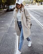 coat,long coat,faux fur coat,jeans,high waisted jeans,sneakers,white sneakers,white t-shirt,cap,sunglasses