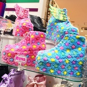shoes,pink,blue,stars,fluffy,decora,harajuku,kawaii,yume,wings,platform shoes,sneakers