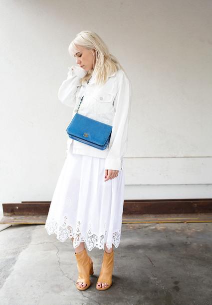 always judging blogger white dress blue bag white jacket peep toe boots dress shoes bag minimalist shoes