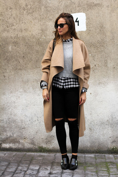 blogger bag grey sweater jeans lady addict camel coat checkered shirt black shoes