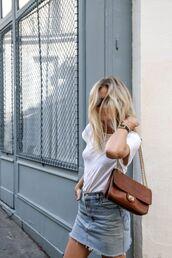 skirt,frayed denim skirt,frayed denim,denim skirt,mini skirt,blue skirt,t-shirt,white t-shirt,bag,brown bag,shoulder bag,summer outfits