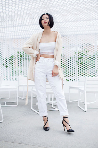 la vagabond dame blogger shirt white crop tops white pants black heels jacket jeans shoes