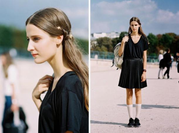 vanessa jackman blogger hairstyles pleated skirt black skirt oversized t-shirt black t-shirt nerd socks school girl skirt t-shirt