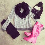 shirt,gray shirt,pink boots,black hot,bow,leggings,scarf,shoes,hat,pants