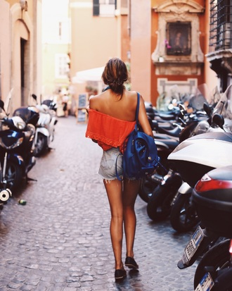 natalie off duty blogger top shoes ripped shorts blue bag leather backpack summer outfits