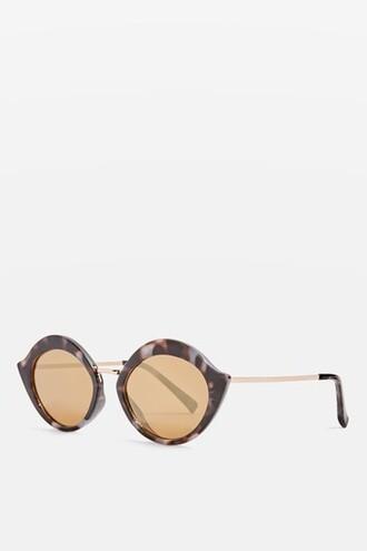 lips sunglasses monochrome