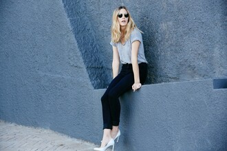 grey t-shirt blogger my life in pink stilettos high waisted jeans