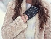 coat,faux fur,fur,fur coat,cream,beige,fluffy,fashion,girl,soft,winter outfits