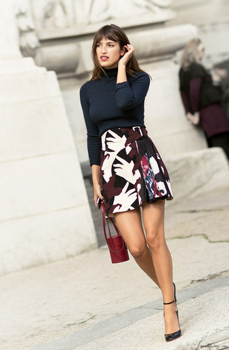 skirt printed skirt jeanne damas fashionista mini skirt turtleneck long sleeves shoes black high heels black shoes blue top top bag red bag spring outfits