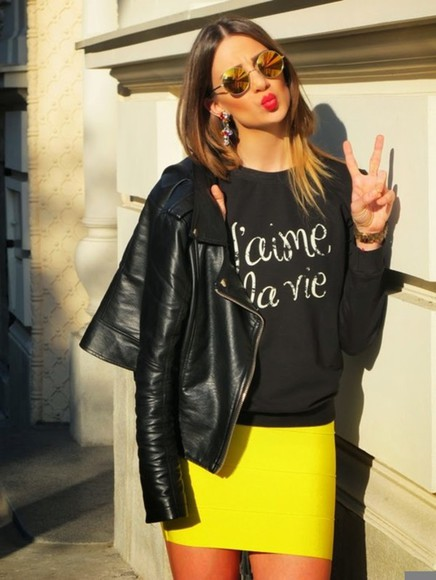 t-shirt summer yellow skirt girl back t-shirt j'aime la vie black jaket sunglasses