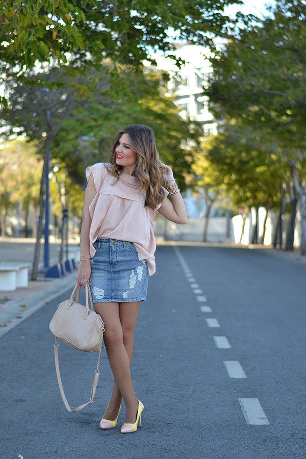 Mi aventura con la moda blogger date outfit ripped skirt pink blouse denim skirt - Wheretoget