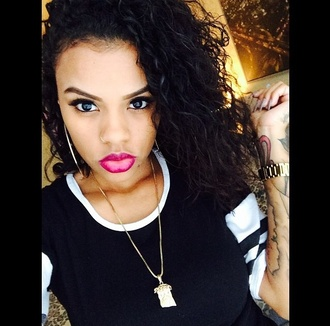 earrings jewels gold black white necklace t-shirt lipstick pink