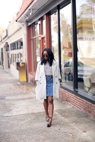 millennielle blogger boyfriend coat button up skirt denim skirt strappy flats