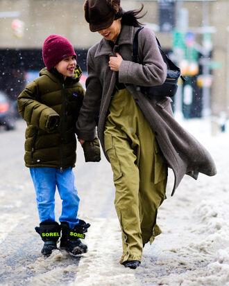 coat tumblr nyfw 2017 fashion week 2017 fashion week streetstyle baggy pants green pants khaki khaki pants pants grey coat hat bag black bag