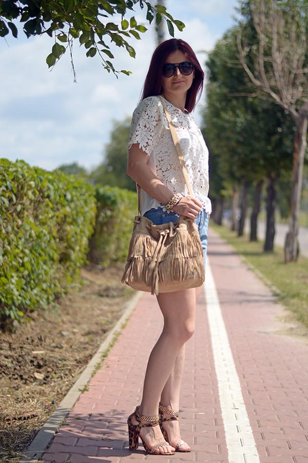 un strop de culoare blouse shoes bag