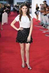skirt,anna kendrick,black and white,mini skirt,celebrity,red carpet