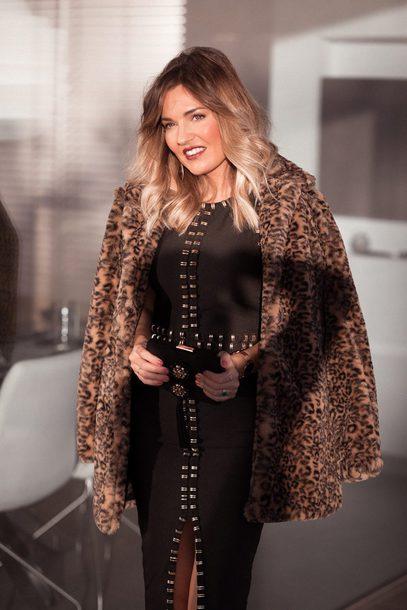 mi aventura con la moda blogger dress bag coat shoes faux fur jacket animal print clutch black dress