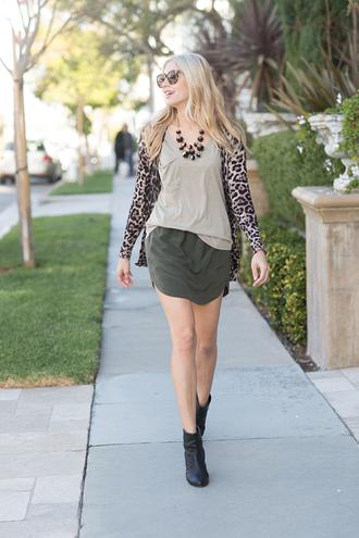 modern ensemble blogger jewels t-shirt cardigan sunglasses mini skirt black boots animal print