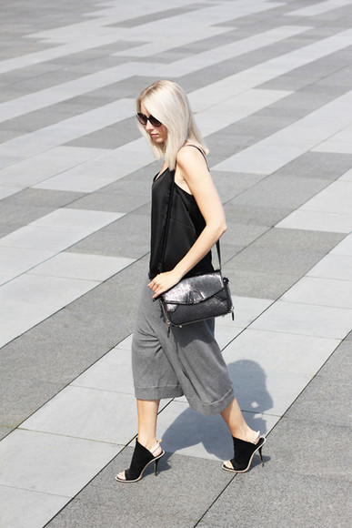 black pants grey loose loose pants black top