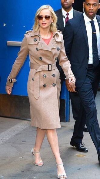 coat fall outfits fall coat trench coat jennifer lawrence sandals sunglasses camel coat camel