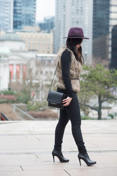 coco and vera blogger hat faux fur vest black jeans