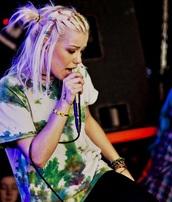 jenna mcdougall,batik,green,t-shirt,punk rock,punk,grunge,tie dye,hair clip,platinum hair,hairstyles