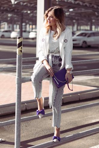 mi aventura con la moda blogger t-shirt jacket jeans shoes jewels white coat winter outfits bow heels pumps