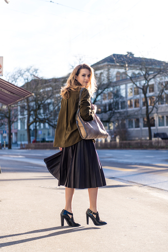 fashion gamble blogger pleated skirt black heels oversized shirt blouse skirt shoes bag